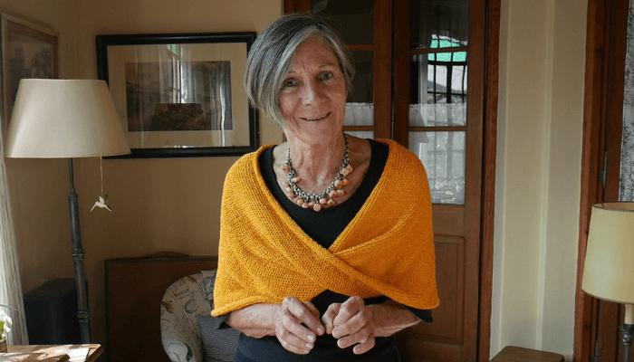 cubre hombros tejido a mano color amarillo